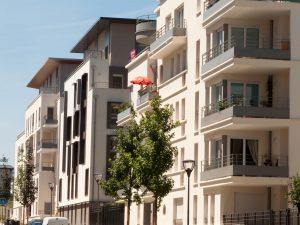 Gebäudefronten von drei Mehrfamilienhäusern.