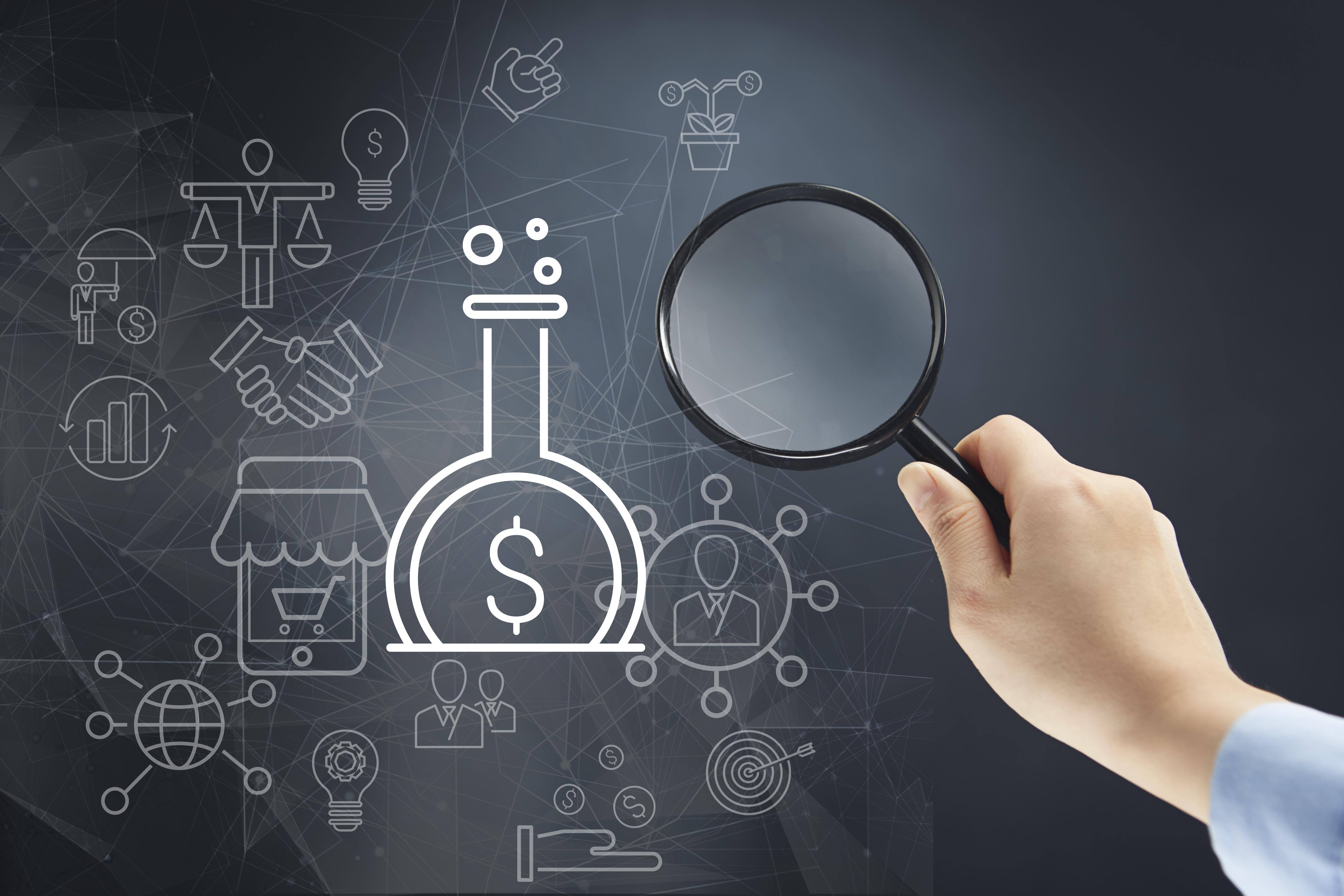 Eine Person zeigt mit einer Lupe auf eine animierte Grafik eines Reagenzglases, in welchem Geld hergestellt wird.