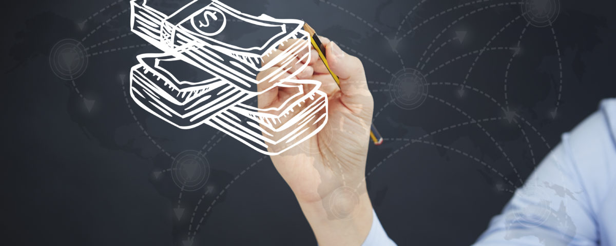 Eine Person zeichnet ein Bündel Geldscheine an das Whiteboard.