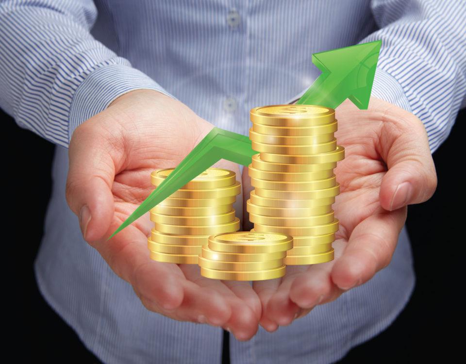 Eine Person präsentiert eine aninmierte Grafik von Münzen.