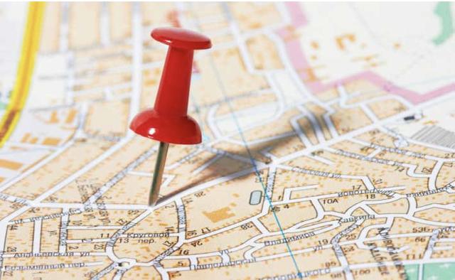 Eine Pinnnadel steckt in einer Landkarte.