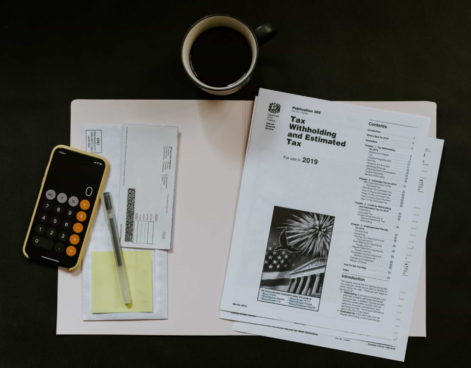 Schreibtisch mit Steuerunterlagen